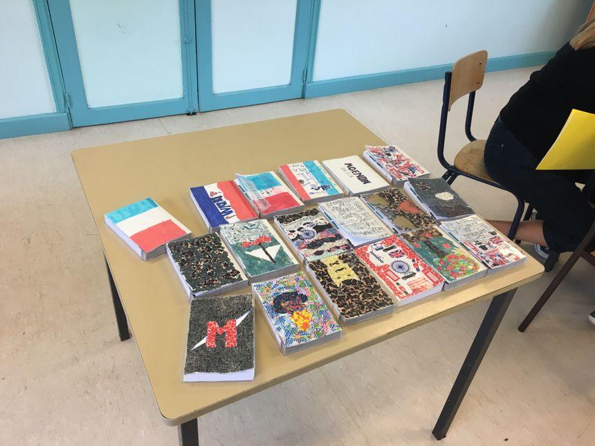 Les élèves ont décoré les agendas que les professeurs leur offrent pour la rentrée. - Radio France