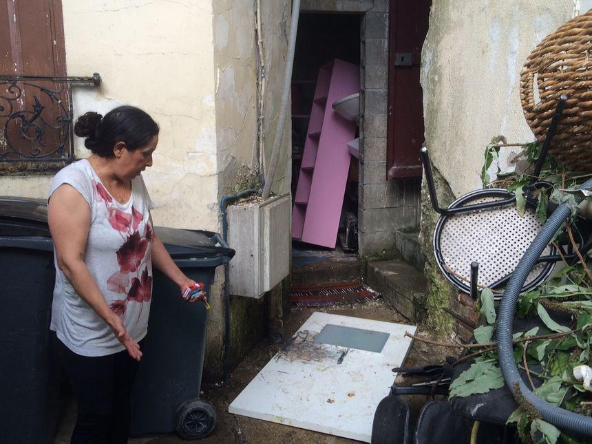 Avant de monter chez elle, Janine doit traverser la zone où le tuyau des toilettes s'écoule....  - Radio France