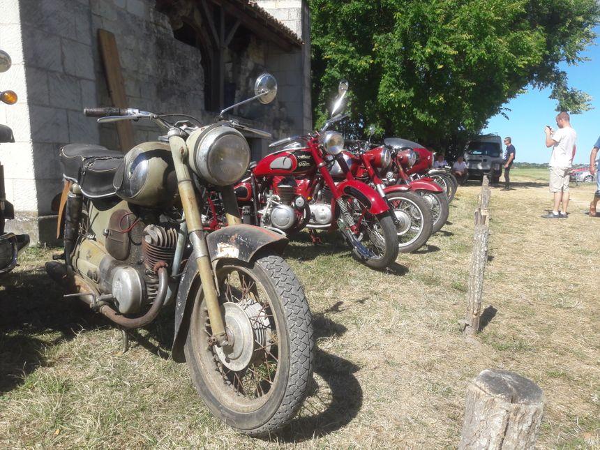 Arnaud, venu des environs, possède une moto de 2004. Il prend en photo les grands-mères moto dont certaines, confesse t-il, sont si bien restaurées qu'elles brillent plus que la sienne ! - Radio France