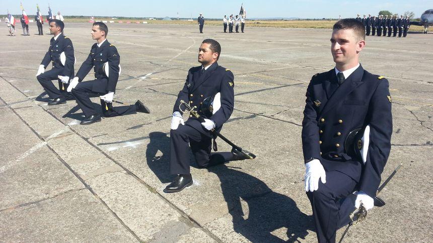 Pour l'aéronavale, c'est un sabre que reçoivent les nouveaux officiers - Radio France