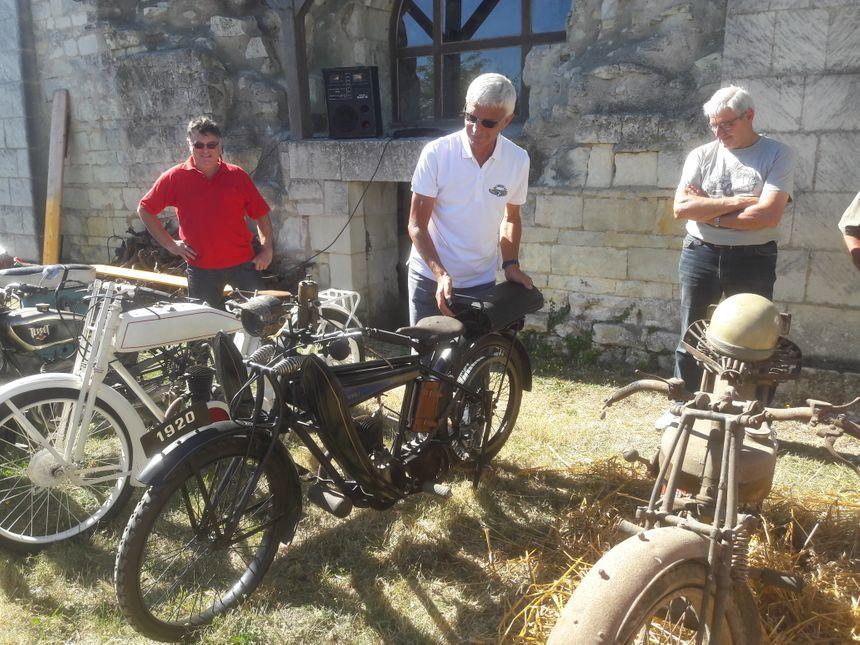 Quelques habitants ont exposé leus propres motos de collection. Certaines en état de marche. D'autres, comme à droite, sont destinées à rouler de nouveau un jour. - Radio France
