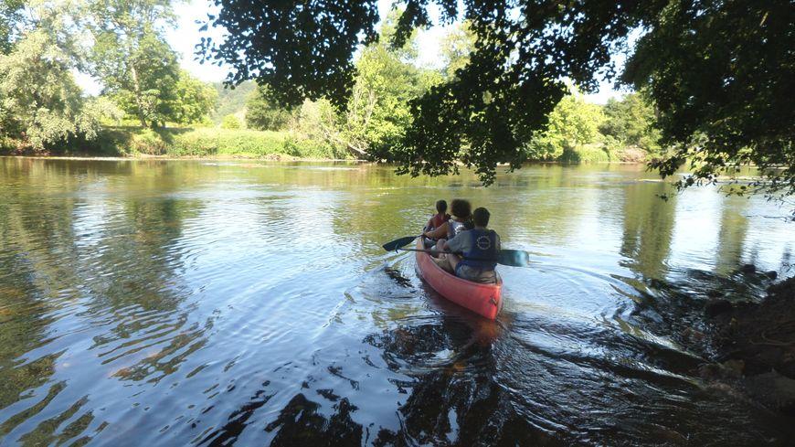 Beaucoup de familles font du canoë sur la Dordogne, l'Isle ou comme ici sur la Vézère.