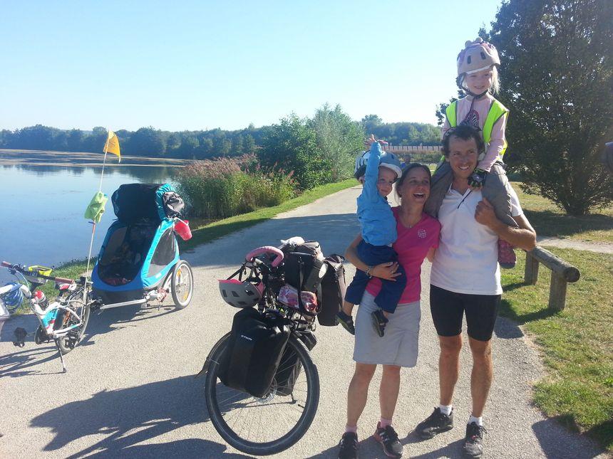 Cédric et Caroline ont posé leurs vélos pour sacrifier à la pause.  - Radio France