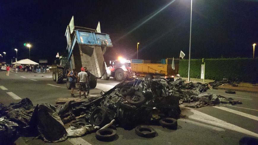 En plus de la cinquantaine d'agriculteurs présents ce lundi soir, quatre tracteurs bloquent la sortie de l'usine Lactalis d'Andrézieux.
