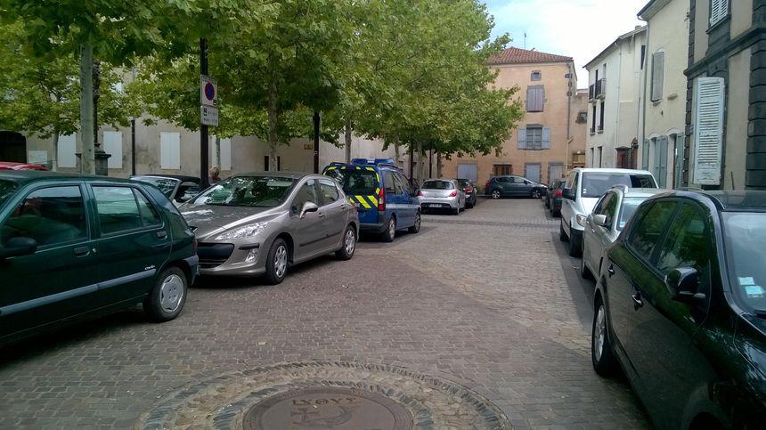 Une voiture de gendarmerie dans le coeur de Ville de Brioude - Radio France