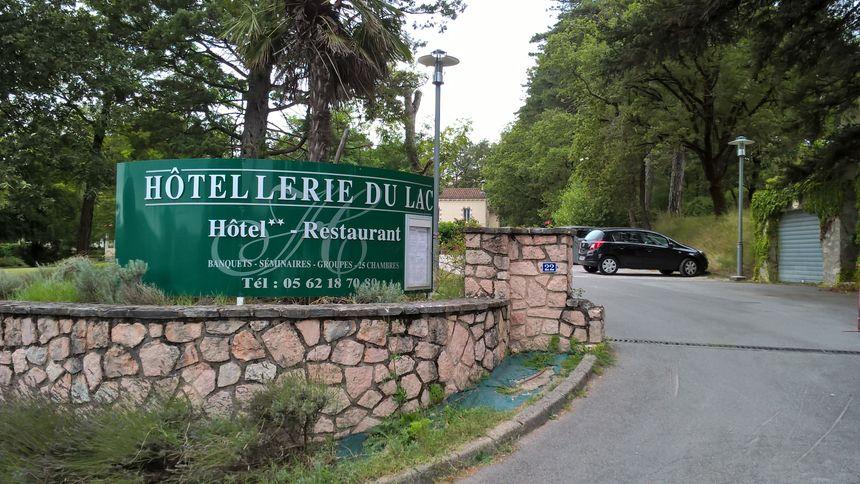 Les hôtels-restaurant du lac affichent complets ce vendredi pour le feu d'artifice. - Radio France