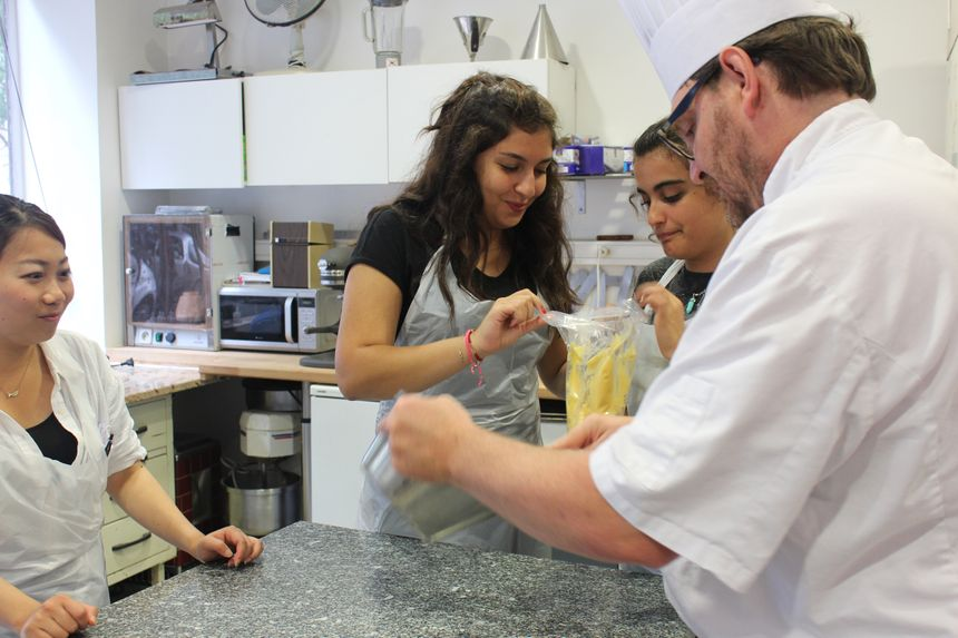 Une leçon de pâtisserie pour apprendre la gastronomie française et la langue de Molière en même temps. - Radio France