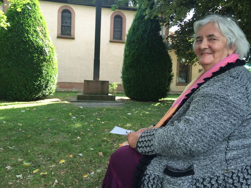 Marlyse Sturtzer devant la chapelle - Radio France