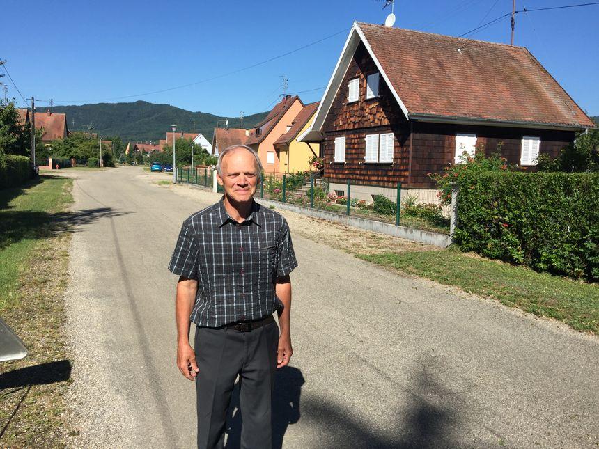 Le guide Albert Marcot dans les rues de Kientzville - Radio France