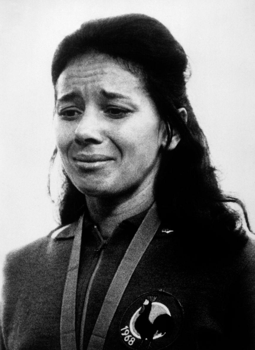 Colette Besson sur le podium olympique de Mexico en 1968 - AFP