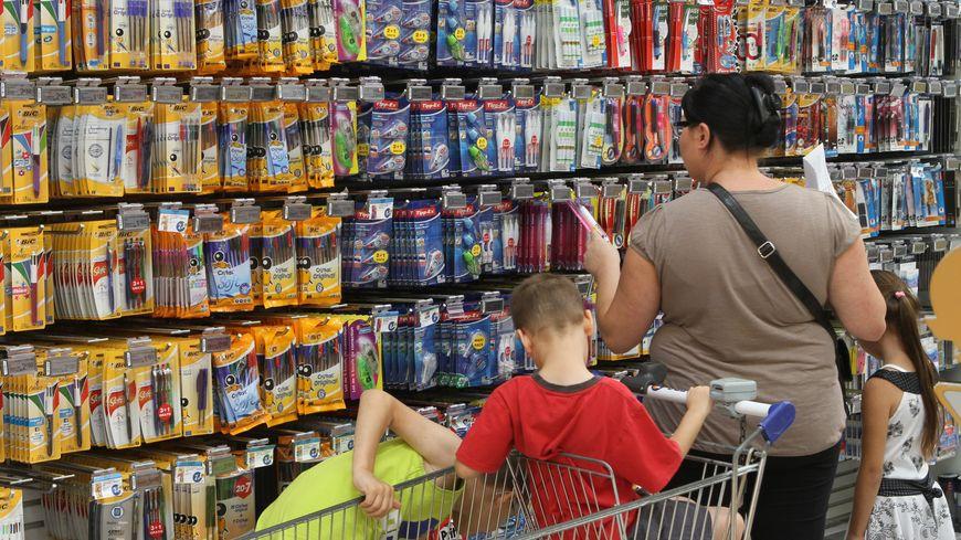 Les grandes surfaces ont osuvent moins chères pour l'achat des fournitures que les magasins spécialisés