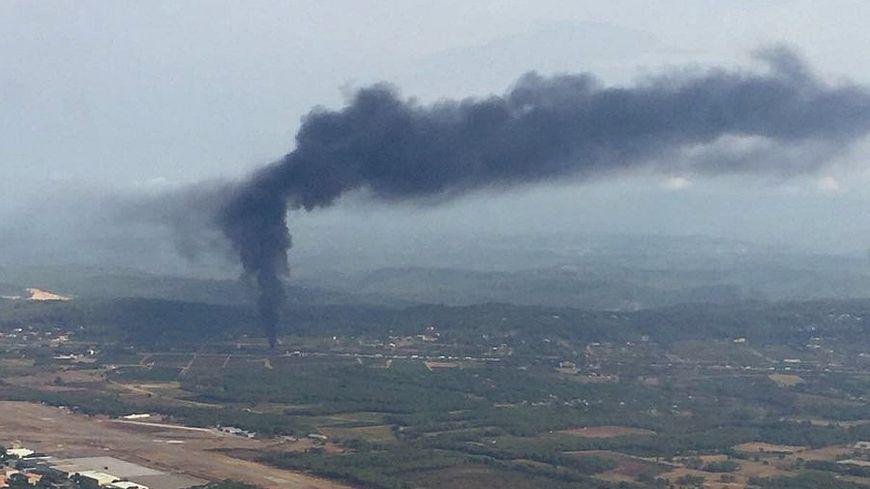 Fumée impressionnante du camion en feu sur l'A8.