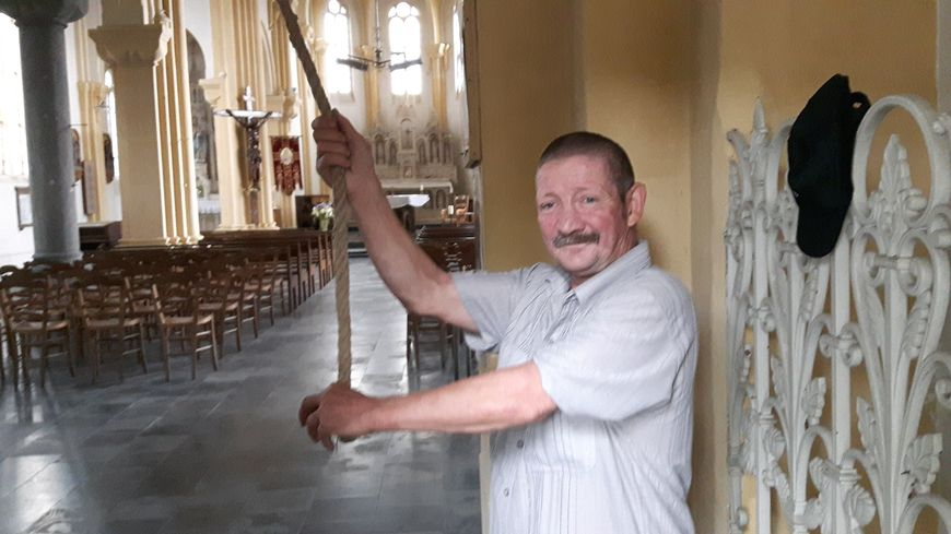 Christian actionne la cloche en tirant sur la corde depuis 35 ans à Romeries