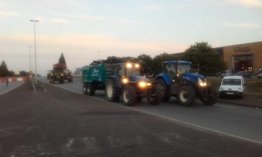 Les tracteurs sont arrivés en force devant l'usine Lactalis - Radio France