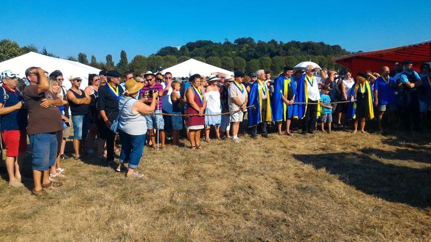 Les spectateurs présents en nombre et parmi eux, les membres de l'Échalas Dauphinois, en bleu et jaune. - Radio France