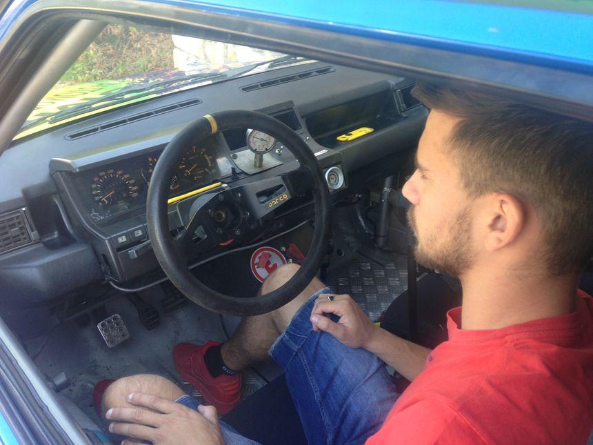 L'intérieur de la voiture de course est sommaire. Pas de radio ! - Radio France