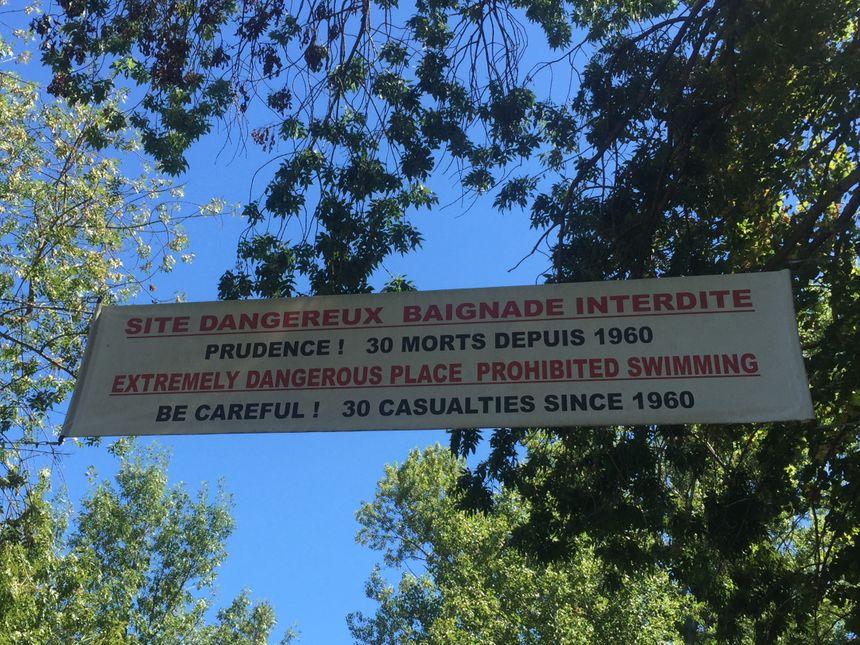 Une grande affiche prévient les vacanciers avant d'arriver à la cascade - Radio France