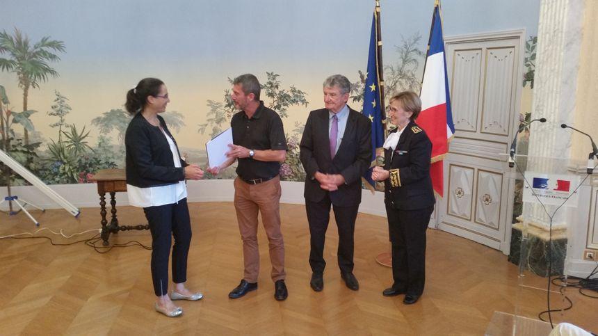 La France célèbre ses nouveaux compatriotes - Radio France