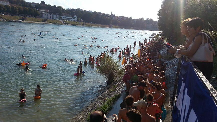 La foule était au rendez-vous pour la baignade dans le Rhin à Bâle