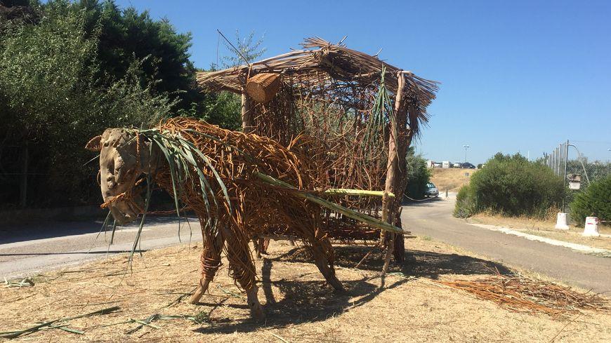 Les vanniers ont réalisé cette sculpture à l'entrée du village