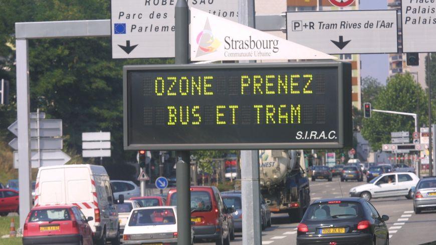 En période de pollution évitez de prendre votre voiture et préférez les transports en commun.