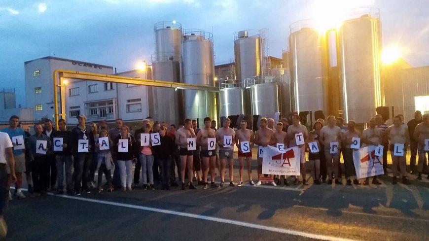 Une cinquantaine d'éleveurs devant l'usine Lactalis de Rouvroy-sur-Audry
