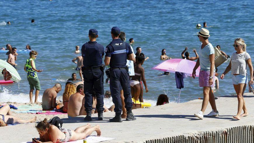 La police municipale surveillant une plage cannoise le 11 août pour faire appliquer l'arrêté anti-burkini.