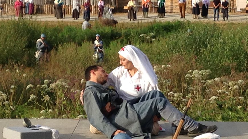 La fiancée de Verdun (Julie Larimey) tient dans ses bras son amant blessé, François (Bastien Larimey)