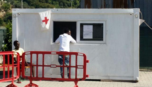 Vintimille : Près de 400 migrants se reposent dans le camp ouvert mi-juillet par la Croix Rouge italienne