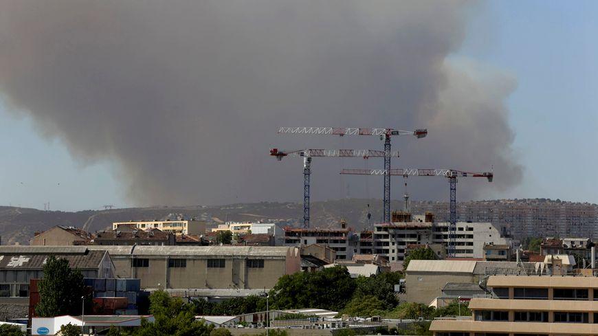 L'incendie de Fos-sur-Mer est visible jusqu'à Marseille