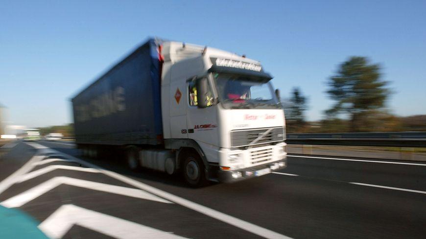 Un chauffeur routier roumain viole une auto-stoppeuse et frappe son petit ami tout deux âgés de 18 ans
