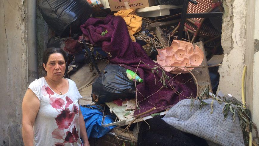 Dans la cour de l'appartement de Janine, les ordures s'accumulent.