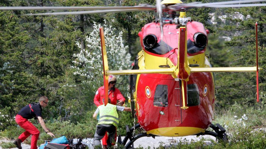 Des secouristes et l'hélicoptère de la sécurité civile lors d'un secours au gouffre Berger en 2005.