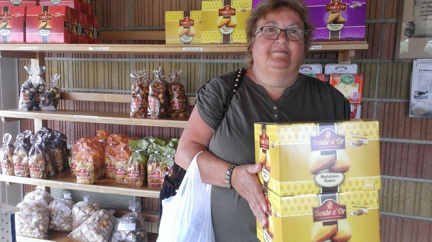 Nicole, une touriste picarde n'a pas hésité en passant devant l'usine Boule d'or - Radio France