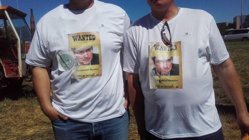 Des agriculteurs portent un tee-shirt avec la photo du PDG de Lactalis, E.Besnier