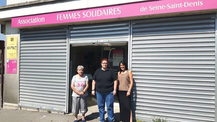 Fabienne Tessier Kergosien (au centre), présidente de Femmes Solidaires 93, devant les locaux de son association à Bobigny