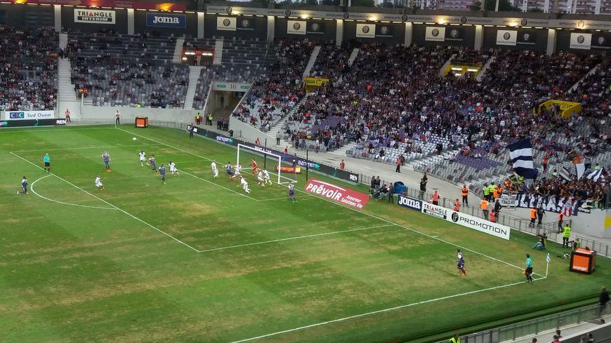 La pelouse du Stadium en piteux état lors du premier match à domicile du TFC contre Bordeaux