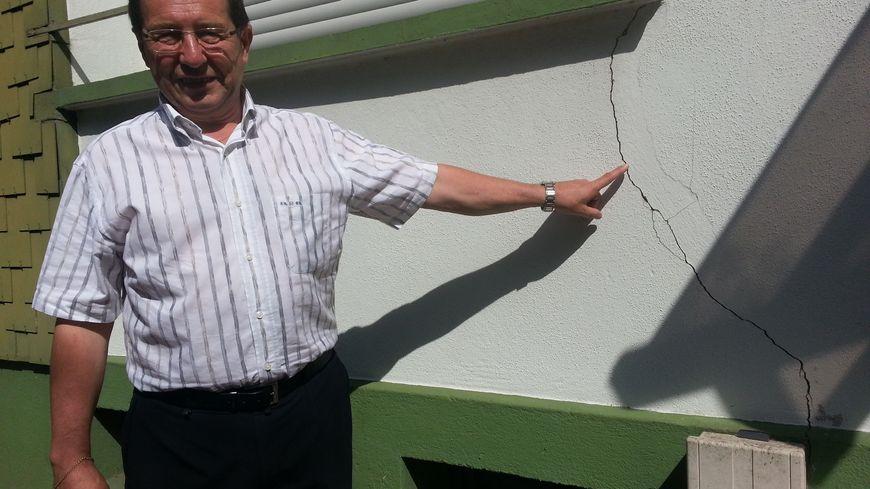 Le maire de Rosbruck devant un bâtiment municipal fissuré par les affaisements miniers