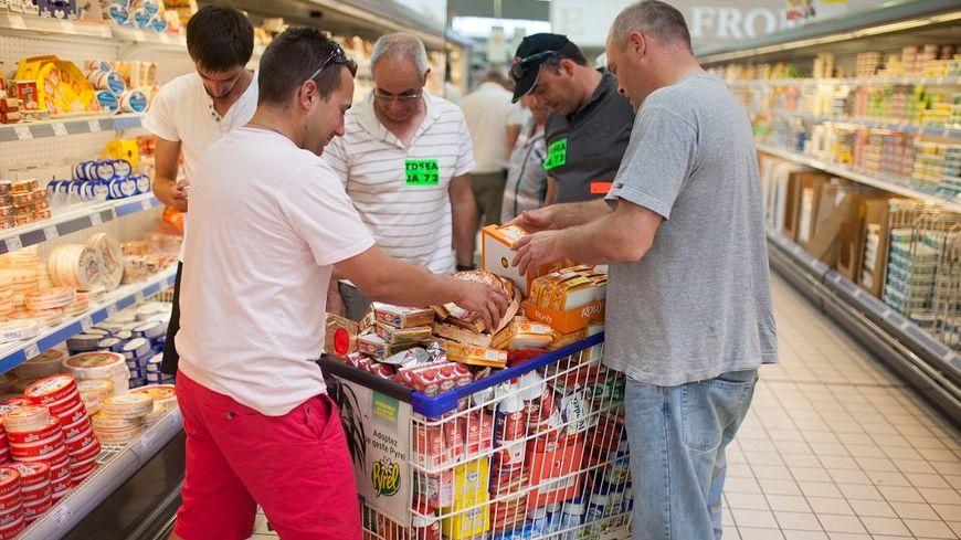 Des agriculteurs enlèvent les produits Lactalis des rayons d'un supermarché