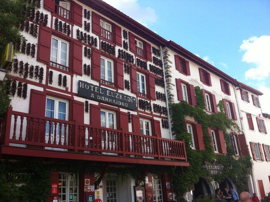 Espelette et ses façades tapissées de piments - Radio France