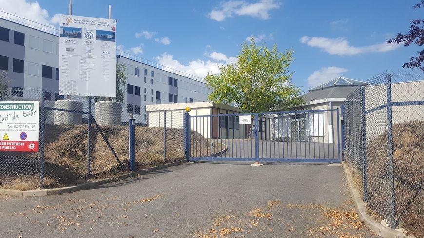 Le portail actuel devant une des entrées secondaires du lycée de Beauregard à Montbrison