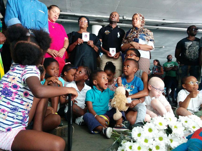 Des fleurs, des enfants et beaucoup d'émotion pour la famille de Moro (debout) - Radio France