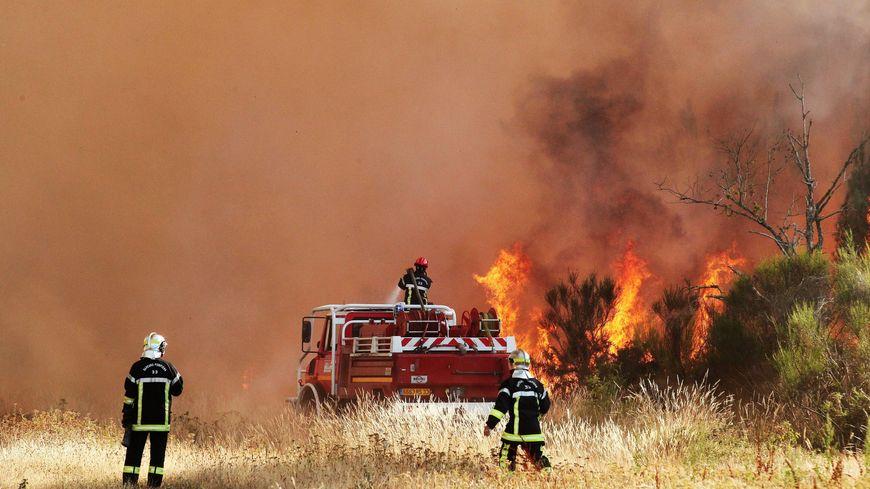 Les pompiers à l'oeuvre à Saint-Jean d'Illac en Gironde en 2015