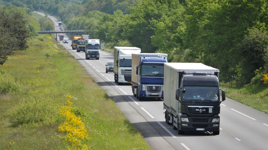 Le flot des camions sur la RCEA près de Montbeugny