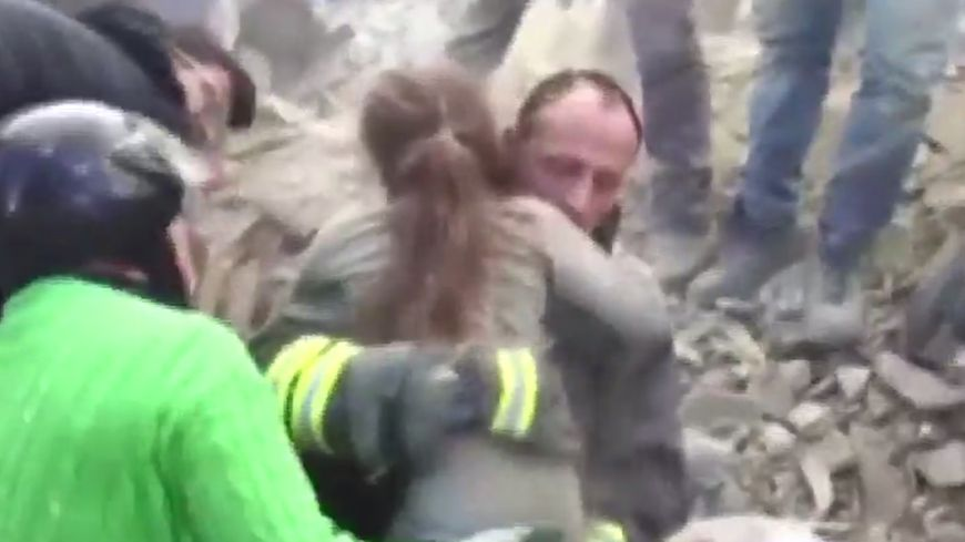 Giulia dix ans, retrouvée vivante après 17 heures passées sous les décombres de sa maison