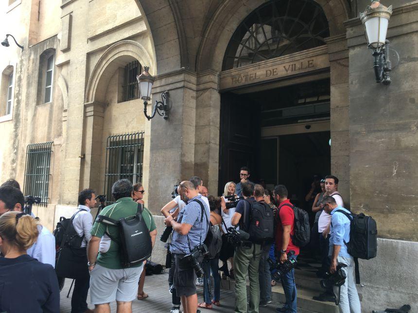 Les journalistes attendent le début de la conférence de presse à l'hôtel de ville de Marseille - Radio France