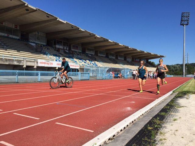 Yoann Kowal s'entraîne avec l'un de ses amis, Thor Berben, et son coach, Patrick Petit-Breuil, à vélo.  - Radio France