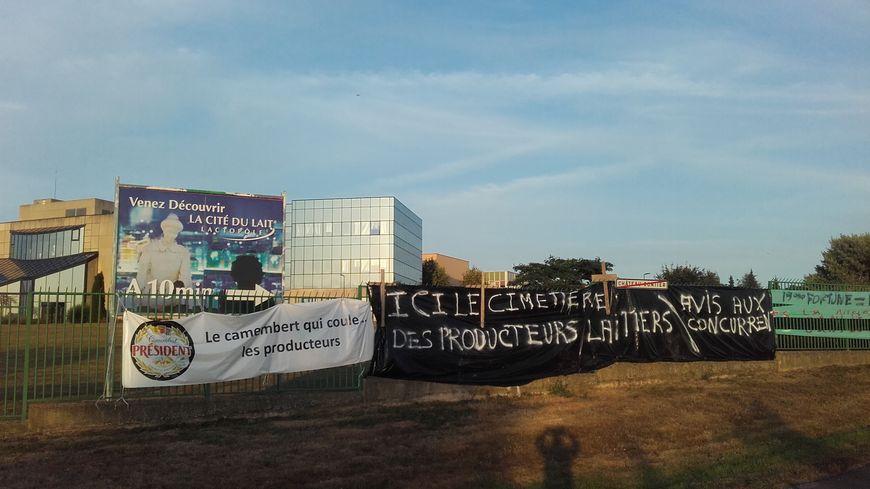 Des banderoles sur les grilles de l'usine Lactalis à Laval