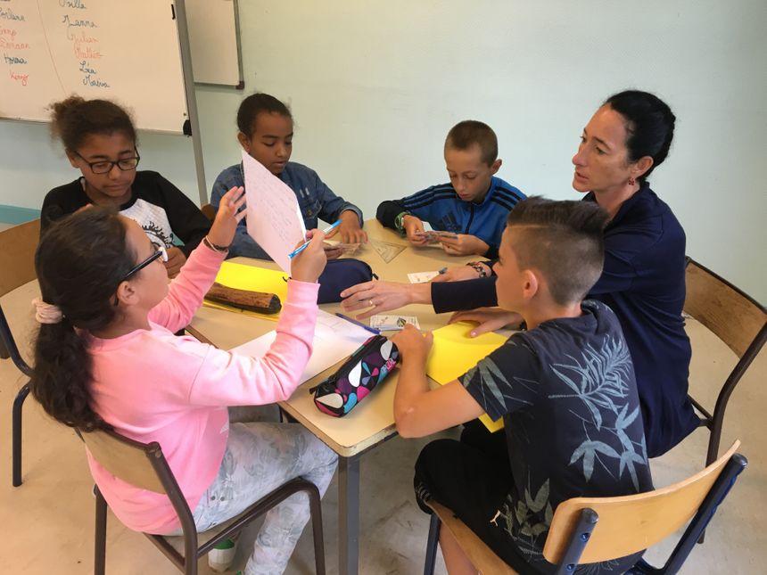 Clotilde Buhours résout un problème de mathématiques avec les élèves.  - Radio France