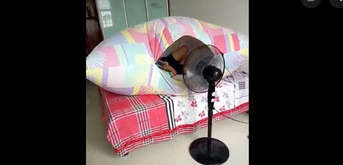 Un ventilateur pulse de l'air dans la housse de couette, qui se gonfle comme une tente - Aucun(e)